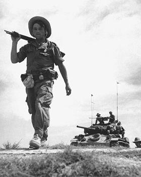 Une patrouille de légionnaires en zone contrôlée par les Viet Minh. Le M24 Chaffee a été fourni par les Américains