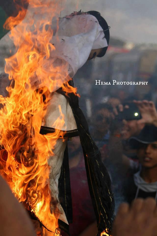 Lidé v Benghází pálí figuru katarského emíra.