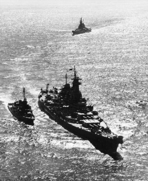 3 lj_missouri_15_missouri_leading_iowa_and_destroyer_nicholas_in_tokyo_bay_aug301945
