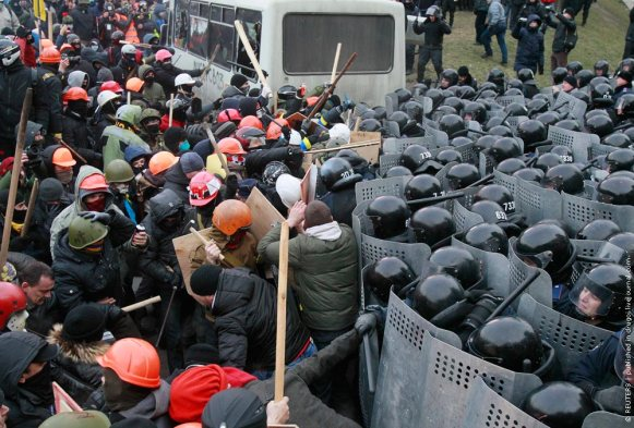 Pro-European protesters clash with Ukranian riot police during a rally near government administration buildings in Kiev
