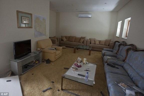 Zařízení místnosti libyjského domu v Tripoli, fotografováno po bombardování.